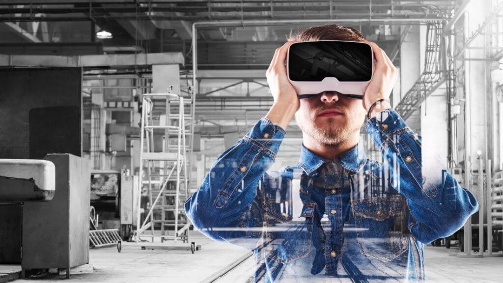 Mann mit VR-Brille im blauen Hemd