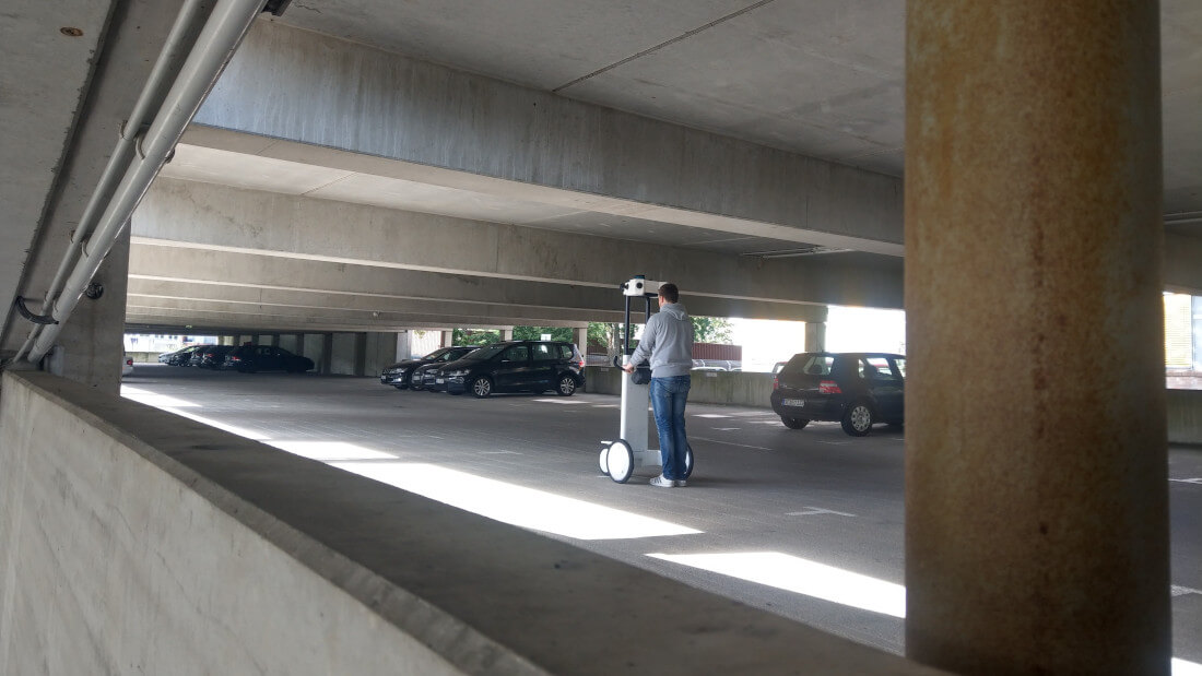 Ein Parkhaus wird mit einem mobilen Trolley vermessen.