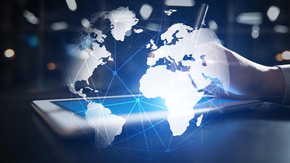 Welt mit Tablet im Hintergrund