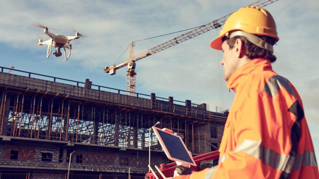 Bauarbeiter vermisst Baustelle mit einer Drohne