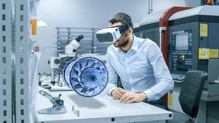 Mann mit Virtual Reality Brille, schaut eine Technologie an